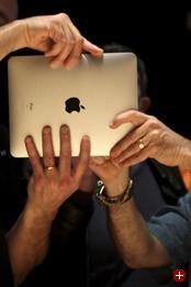 Geschlossenes System: Nach der Präsentation durch Steve Jobs wird das iPad herumgereicht